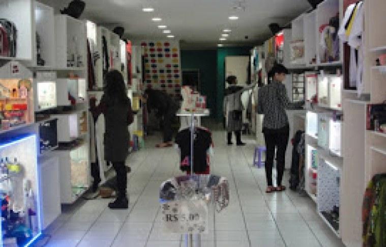 Loja colaborativa reúne mercadorias de 100 expositores