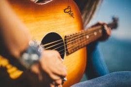 Como o aprendizado musical gratuito online pode ajudar pessoas