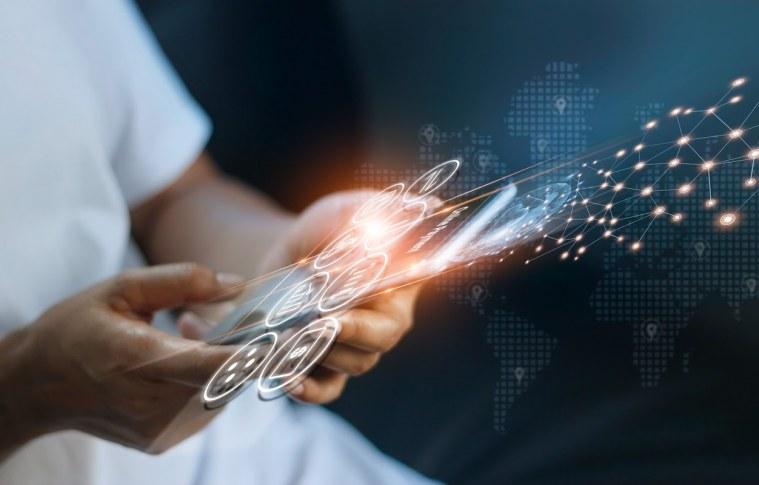 Mecanismos de busca e redes sociais são os fatores que mais influenciam o consumidor