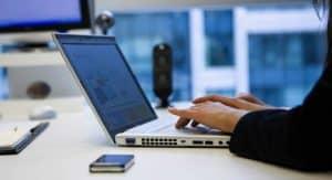 Você conhece alguma empresa ou profissional de sucesso que não tenha um site próprio? Pois é, então o que você está esperando para ter o seu? Mas não pode ser qualquer site, tem que ser um site desenvolvido por uma agência de marketing digital e o porquê disso você vai entender neste nosso novo artigo. Acompanhe e veja como um site profissional feito por quem realmente entende do assunto pode impulsionar seus negócios. Boa leitura!   A importância do site profissional para o seu negócio   Não importa o  segmento, local ou tamanho do negócio, ele precisa estar presente na internet com um site.   E não venha com as desculpas do tipo: meu negócio é local e pequeno, não vendo pela internet ou já tenho uma página no Facebook e não preciso de um site. Se você está se apoiando nisso para não ter seu site profissional ainda você está muito equivocado.  Para que você entenda melhor, dê uma olhada abaixo nos motivos para se ter um site:  1.Para ser encontrado: seu produto ou serviço pode ser o melhor do mundo, mas adianta nada se as pessoas não o encontrarem. E para ser encontrado, nada melhor do que ter um site bonito e otimizado para ser visto em mecanismos de buscas como o Google.  2.Para ganhar autoridade no mercado: se você está procurando uma solução para um problema, em qual empresa que você confiaria mais, aquela que tem site com domínio próprio e repleto e informações ou em outra com apenas uma página no Facebook ou perfil no Instagram? É claro que na empresa que tem site, pois isso demonstra mais profissionalismo, mostra que a empresa entende do assunto e que tem capacidade técnica para ser a solução dos seus problemas. 3.Para expandir o negócio: quando sua empresa tem um site ela consegue atingir mais pessoas, fechar mais negócios e com isso se desenvolver. Um site desenvolvido por uma agência de marketing digital com todas as funcionalidades necessárias atrai muitos visitantes que podem se tornar novos clientes. 4.Para se relacionar com seu público: se você tem um