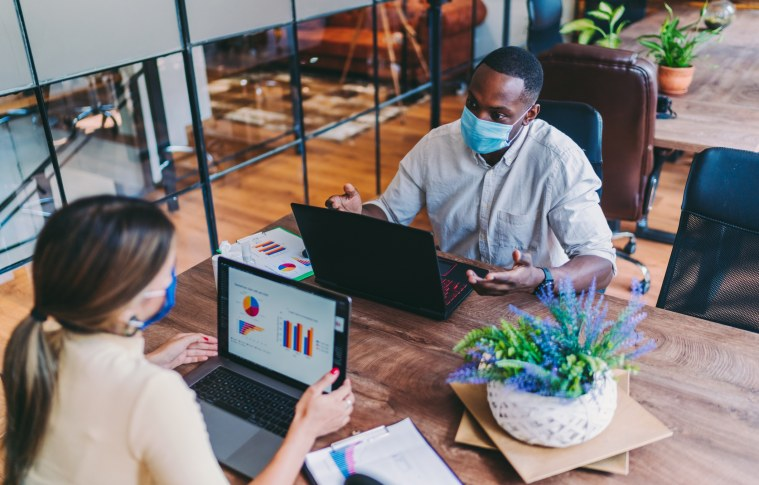 Como garantir a segurança de colaboradores durante a retomada do trabalho presencial