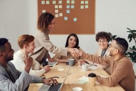 Como presentear seus colaboradores de forma criativa